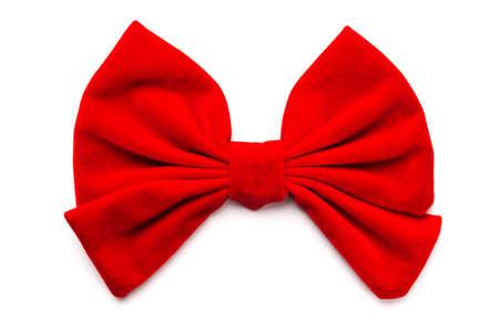 Primo piano di un fiocco di nastro rosso isolato su sfondo bianco.