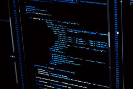 Concept de technologie de l'information. Codage du texte du script du langage du programmeur sur l'affichage du moniteur à l'écran. Emploi de programmeur. Mise au point sélective.