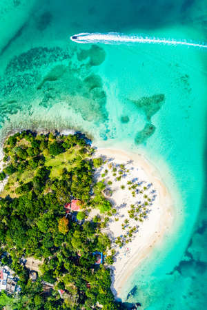 Aerial drone view of beautiful caribbean tropical island Cayo Levantado beach with palms and boat. Bacardi Island, Dominican Republic. Vacation background Imagens