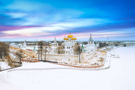 Aerial drone view of the Orthodox Holy Trinity Ipatievsky monastery during winter sunset in Kostroma, Russia. Ancient touristic city of the Golden Ring Archivio Fotografico