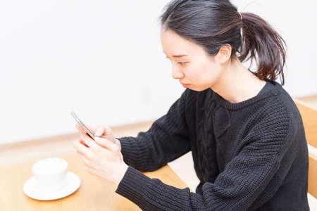 A woman using a smartphone Foto de archivo