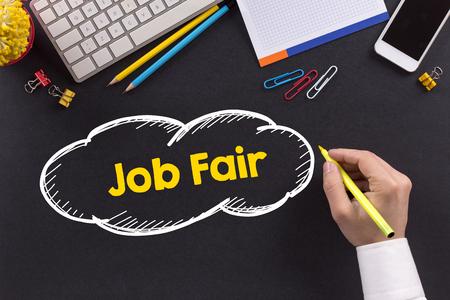 Mens die aan bureau werkt en Job Fair schrijft Stockfoto - 57395811
