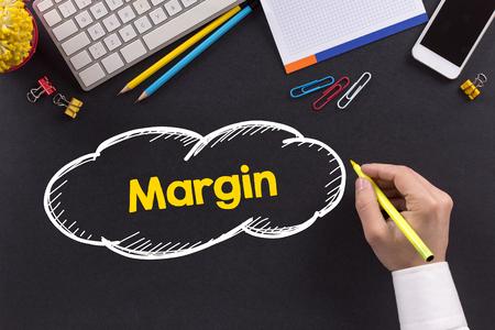 margen: Hombre que trabaja en el escritorio y la escritura Margen