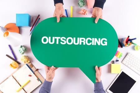 Twee mensen die tekstballon met OUTSOURCING concept houden