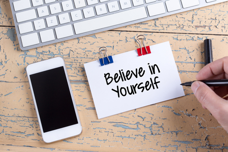 believe: Nota de papel con el texto Crea en s� mismo