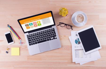 concepto de mesa de trabajo - Marketing en Internet