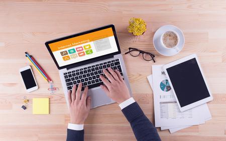 Hombre de negocios está trabajando en el escritorio - Marketing en Internet
