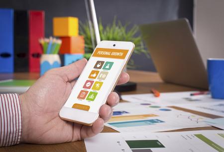 superacion personal: Hombre que muestra el tel�fono inteligente Crecimiento Personal en la pantalla
