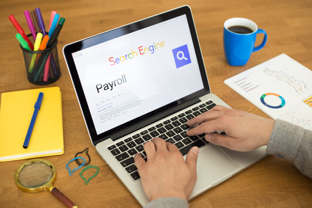 remuneraci�n: Searching PAYROLL on Internet Search Engine Browser Concept Foto de archivo