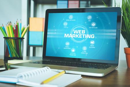 Web-Marketing-Plan mit Schlüsselwörtern und Symbolen auf dem Bildschirm Standard-Bild