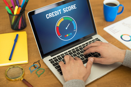Computer met credit score applicatie op een scherm Stockfoto - 58229664