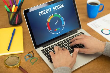 Ordenador con la aplicación puntaje de crédito en una pantalla Foto de archivo
