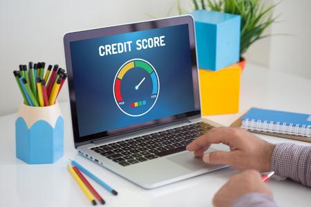 Computer met credit score applicatie op een scherm