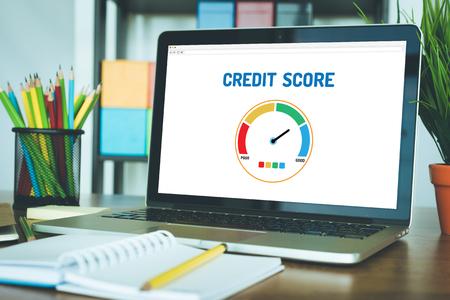 Ordenador con la aplicación puntaje de crédito en una pantalla