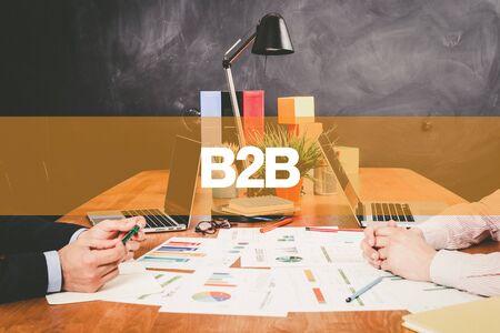 b2b: Dos B2B de negocios que trabaja en una oficina