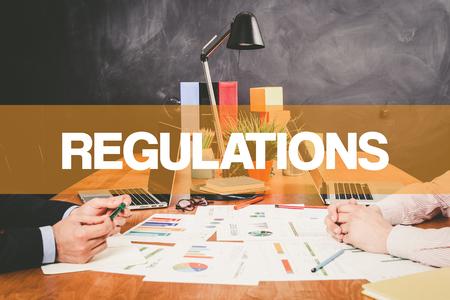 gobierno corporativo: Dos Reglamentos de negocios que trabajan en una oficina