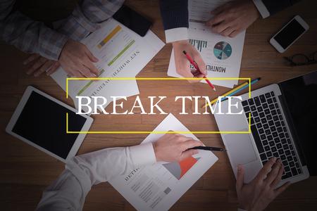 cansancio: OFICINA DE TRABAJO DEL ASUNTO Break Time equipo del concepto BRAINSTORMING
