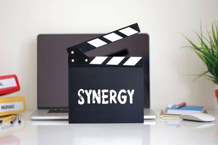 sinergia: Cine Clapper con la palabra sinergia Foto de archivo