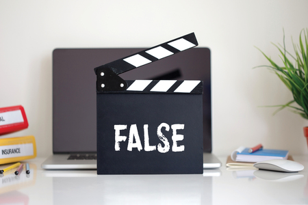 falso: Cine Clapper con la palabra Falso