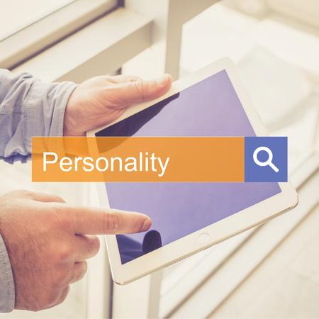 personalidad: BUSCAR EN TECNOLOG�AS DE DIAGN�STICO Personalidad TABLET CONCEPTO Foto de archivo