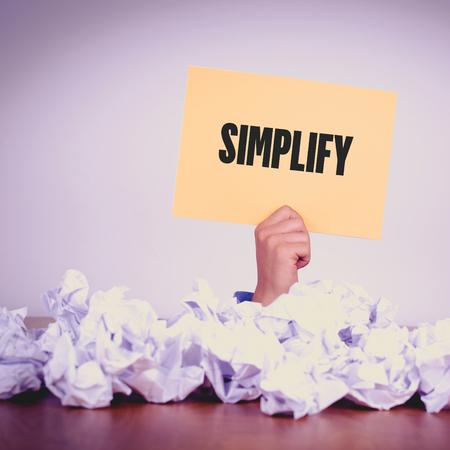 HAND HOLDING gelbe Papier mit SIMPLIFYCONCEPT