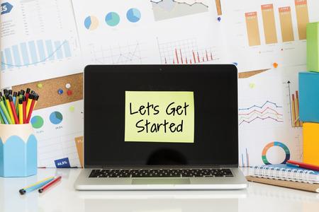 Laten we beginnen notitie geplakt op de laptop scherm Stockfoto