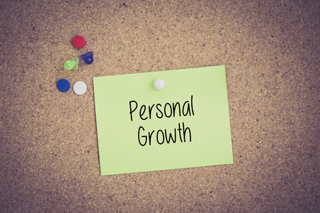 crecimiento personal: Personal Growth written on sticky note pinned on pinboard