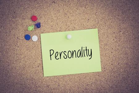 personalidad: Personalidad escrita en nota puestas en tabl�n de anuncios