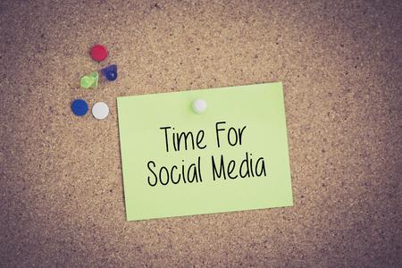 comunicación escrita: Tiempo Para los medios sociales por escrito en nota puestas en tablón de anuncios