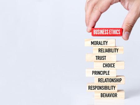 사업가 빌딩 나무 블록과 비즈니스 윤리 개념