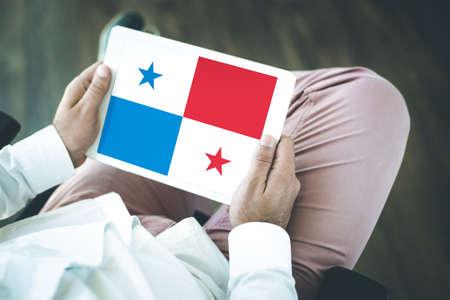 bandera de panama: La gente que usa la PC de la tableta y que muestran en la pantalla de la bandera de PANAMÁ Foto de archivo