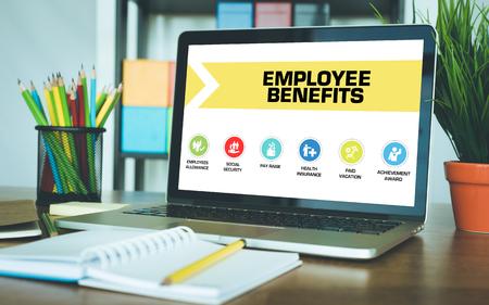 Benefici per i dipendenti Concetto su schermo del computer portatile Archivio Fotografico