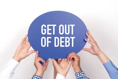 Gruppo di persone che si tengono l'uscire del debito scritto fumetto
