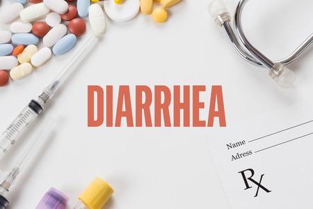 diarrea: DIARREA escrito sobre fondo blanco con la medicación