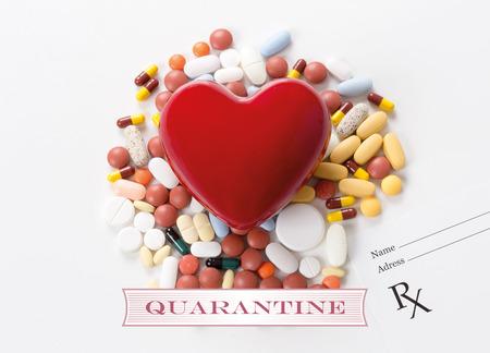 riesgo biologico: CUARENTENA escrita en el corazón y la medicación de fondo Foto de archivo