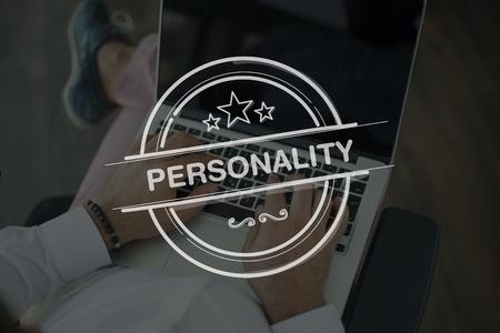 personalidad: Las personas usan la computadora port�til y la personalidad Concepto Foto de archivo