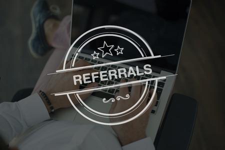 referidos: Las personas usan la computadora portátil y concepto REFERENCIAS Foto de archivo