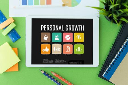 superacion personal: Crecimiento personal en la pantalla de Tablet PC Foto de archivo