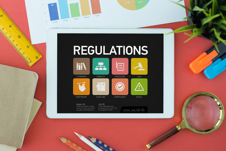 gobierno corporativo: Concepto regulaciones en la pantalla de Tablet PC