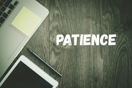 paciencia: LUGAR DE TRABAJO DE OFICINA DE NEGOCIO TECNOLOG�A Concepto de la paciencia Foto de archivo