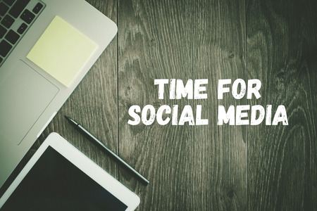 BUSINESS WORKPLACE TECHNOLOGY OFFICE TIME FOR SOCIAL MEDIA CONCEPT