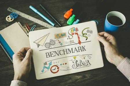 BENCHMARK Skizze auf Notebook Standard-Bild