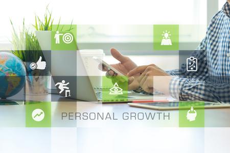 Geschäftsmann im Büro arbeiten und Personal Growth Icons Konzept Standard-Bild - 67783318