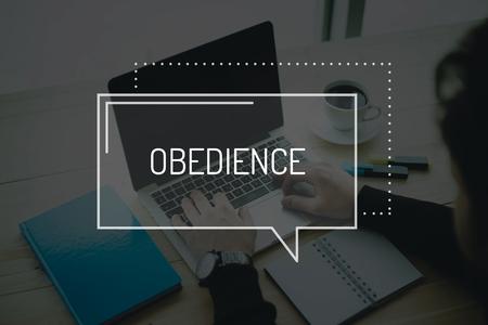 obediencia: CONCEPTO DE COMUNICACIÓN DE TRABAJO DE LA TECNOLOGÍA DE NEGOCIO OBEDIENCIA Foto de archivo