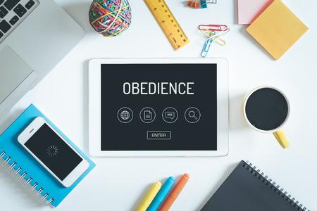 obediencia: OBEDIENCIA concepto en la pantalla de Tablet PC con iconos