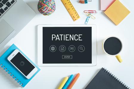 paciencia: Concepto de la paciencia en la pantalla de Tablet PC con iconos