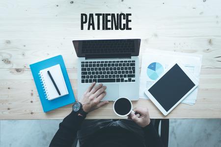 paciencia: COMUNICACIÓN DE NEGOCIO Y TECNOLOGÍA Concepto de la paciencia Foto de archivo