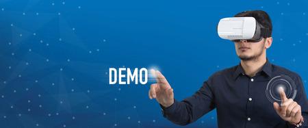 将来の技術やビジネス コンセプト: バーチャルリアリティ眼鏡と触れるデモ ボタンを持つ男 写真素材