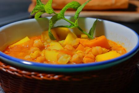 Chickpea stew, known as a gypsy pot in Spain, carries legumes and vegetables, potatoes, spices, aromatic plants such as parsley, laurels and good herb, as well as pears, it is the only stew that I know that bears fruit.