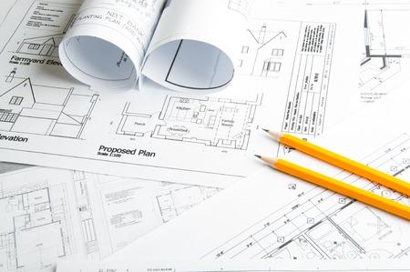 arquitectura: Dibujos de planificación de la construcción en la mesa y dos lápices amarillos